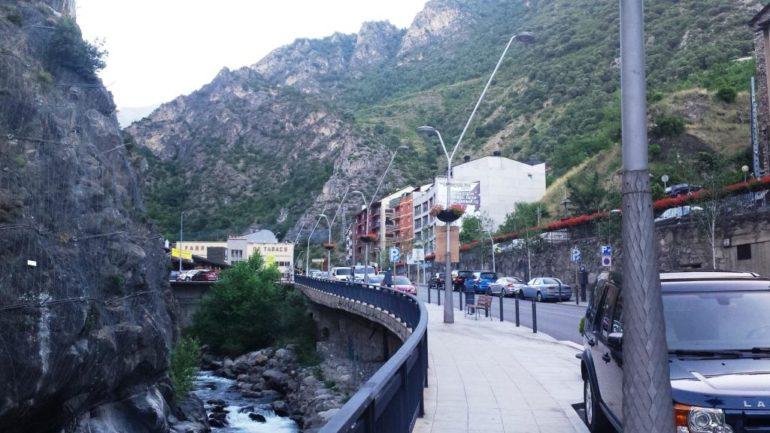 Blick-durch-den-Talstaat-Andorra